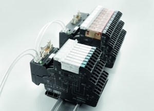 "Weidmüller TERMSERIES interface adaptor: The auxiliary voltage can be quickly and safely fed in thanks to the TOP connection with ""PUSH IN"" technology. Duplicate connections guarantee simple bridging."